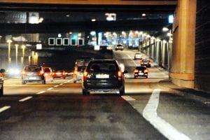 Handeslvertretern auf der Autobahn bis in die Nacht unterwegs