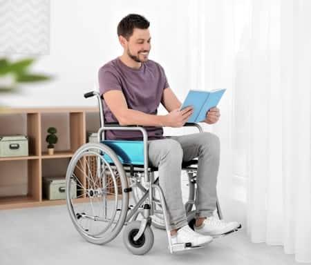 Das Unfallopfer sitzt im Rollstuhl - geht aber schwarz nebenbei arbeiten: Das ist Versicherungsbetrug.