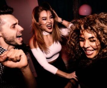 Nachbarschftsstreit vorprogrammiert: Junge Leute feiern Party in einer Wohnung: Es droht ein Nachbarschaftsstreit.