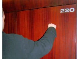 Detektiv klopft an Zimmertür des Millionärs