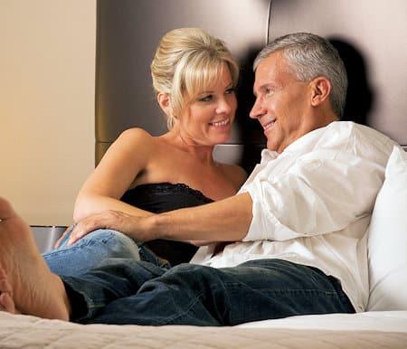 Fremdgehen erkennen: Mann mit Seitensprung im Bett