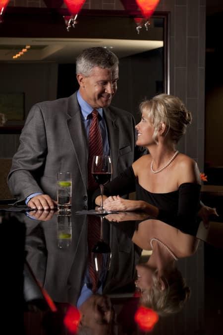 Fremdgehen erkennen: Mann mit Affäre an einer Bar